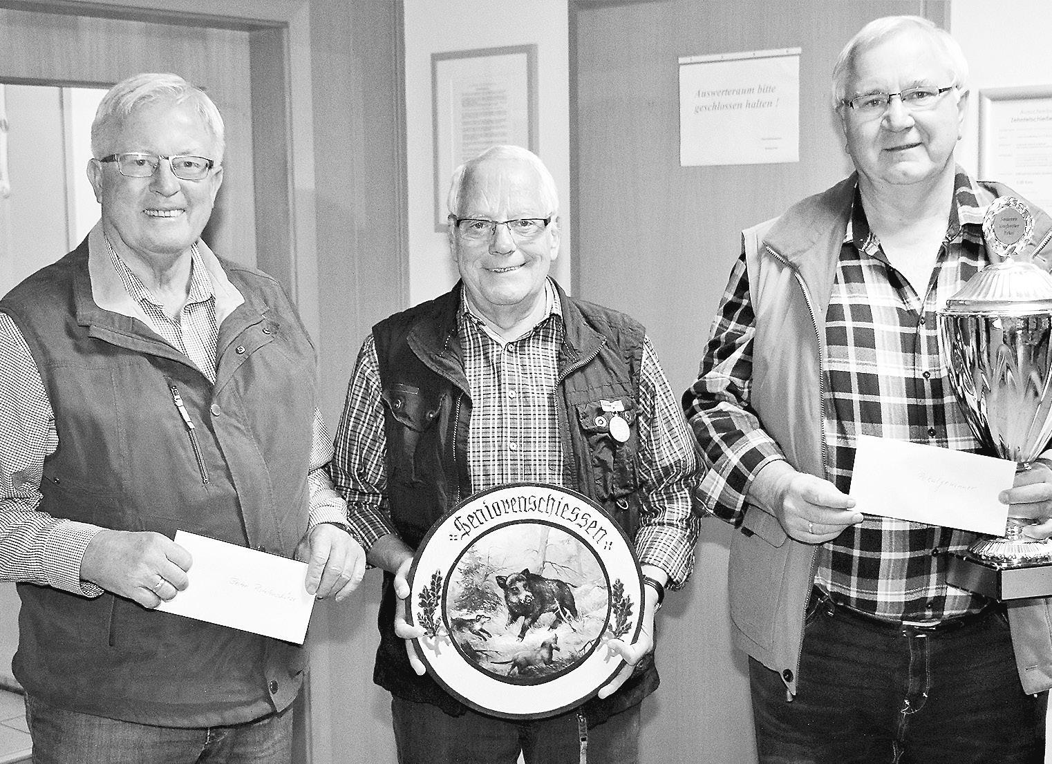 Die drei Besten im Seniorenschießen 60+ im zweiten Quartal 2019: Heinrich Hoffmeier (von links), Wilfried Marks und Günther Schülke. Foto: Heinemann Gahlau