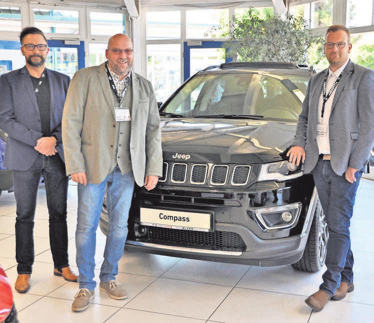 Das Verkaufsteam des Autohaus Blank, Wolfhard Bernhardt (von links), Thomas Garthoff und Nico Henning, freuen sich ihre Kunden wieder betreuen zu dürfen. Hinweis: Das Foto entstand vor der Corona-Pandemie