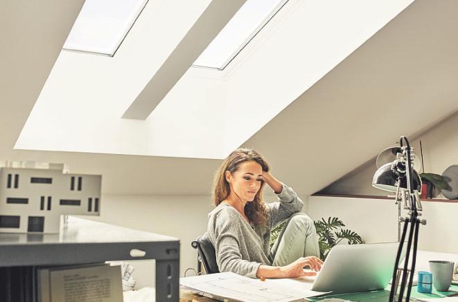 Ein Arbeitszimmer abseits des Familientrubels ist gerade in den aktuellen Homeoffice-Zeiten gefragt. Viel natürliches Licht fördert die Konzentration. Bild: Velux Deutschland GmbH/akz-o