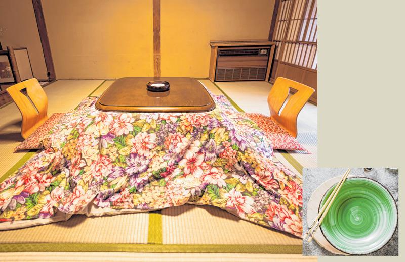 Unter der Decke eines Kotatsu, einem niedrigen Tisch mit eingebauter Elektro-Heizung, ist es mollig warm. Das gleicht aus, dass andere Räume nicht beheizt werden. FOTOS: ISTOCK/SMOKEDSALMON; IRIGRI8