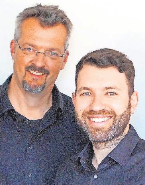"""Bariton Sven Erdmann (links) und Akkordeonist Manolis Stagakis führen in Ilten die """"Winterreise"""" auf."""