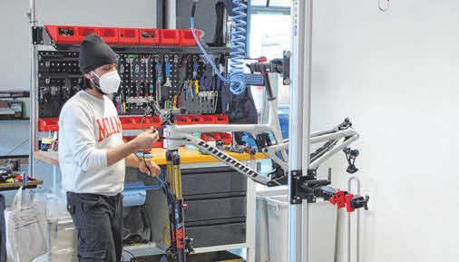 Jeder Mitarbeiter produziert i.d.R. sechs Bikes pro Tag. Es soll künftig in zwei Schichten gearbeitet werden. Die Mountainbikes sind allesamt handgemacht.