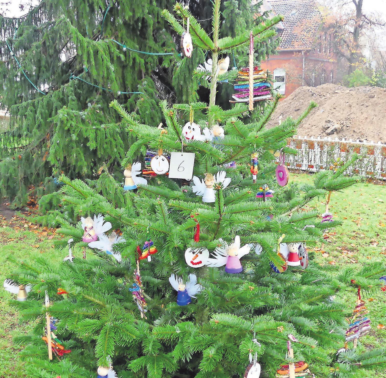 Der schönste Baum – zumindest für die Jury der Gemeinschaft Kirchroder Kaufleute. Damit hat die Kita am Kleinen Hillen den ersten Platz bei der diesjährigen Schmückaktion belegt.