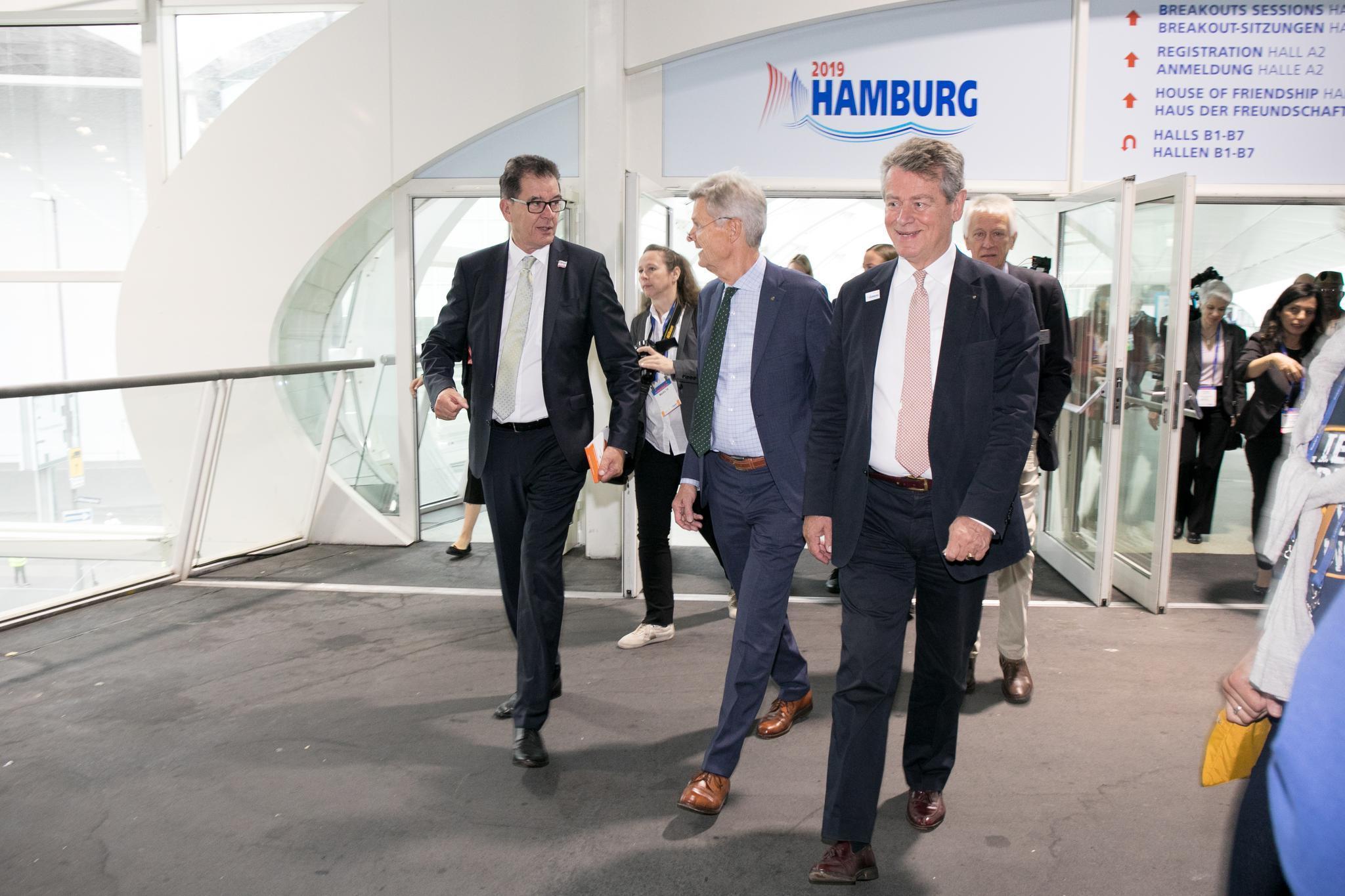 Andreas von Möller (rechts) mit Holger Knaack und Bundesentwicklungsminister Gerd Müller (links).FOTO: ROTARY INTERNATIONAL, MONIKA LOZINSKA