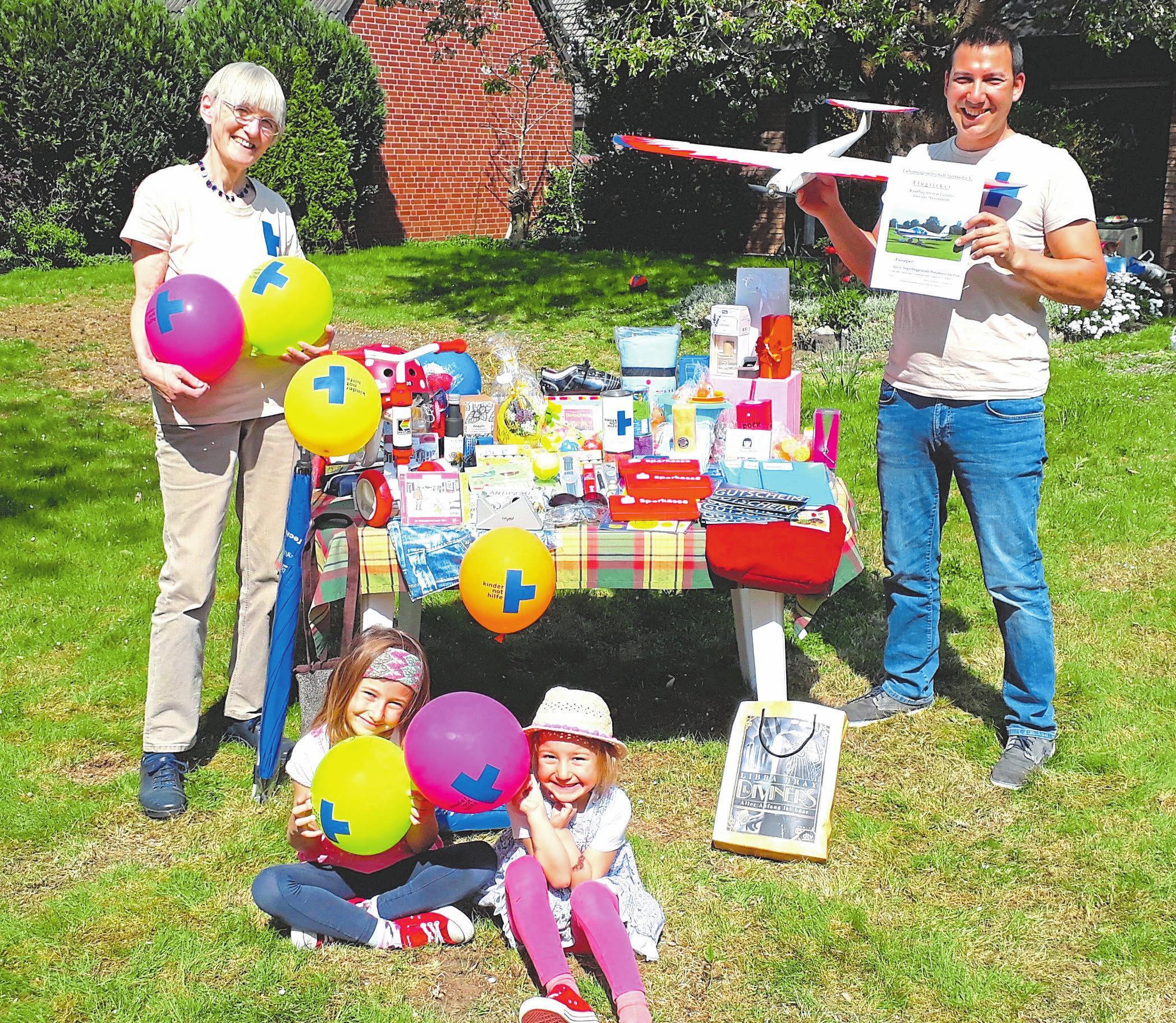 Die Aktiven der Kindernothilfe haben mit Unterstützung von Vereinen und Geschäftsleuten viele attraktive Preise gesammelt. Foto: Kindernothilfe