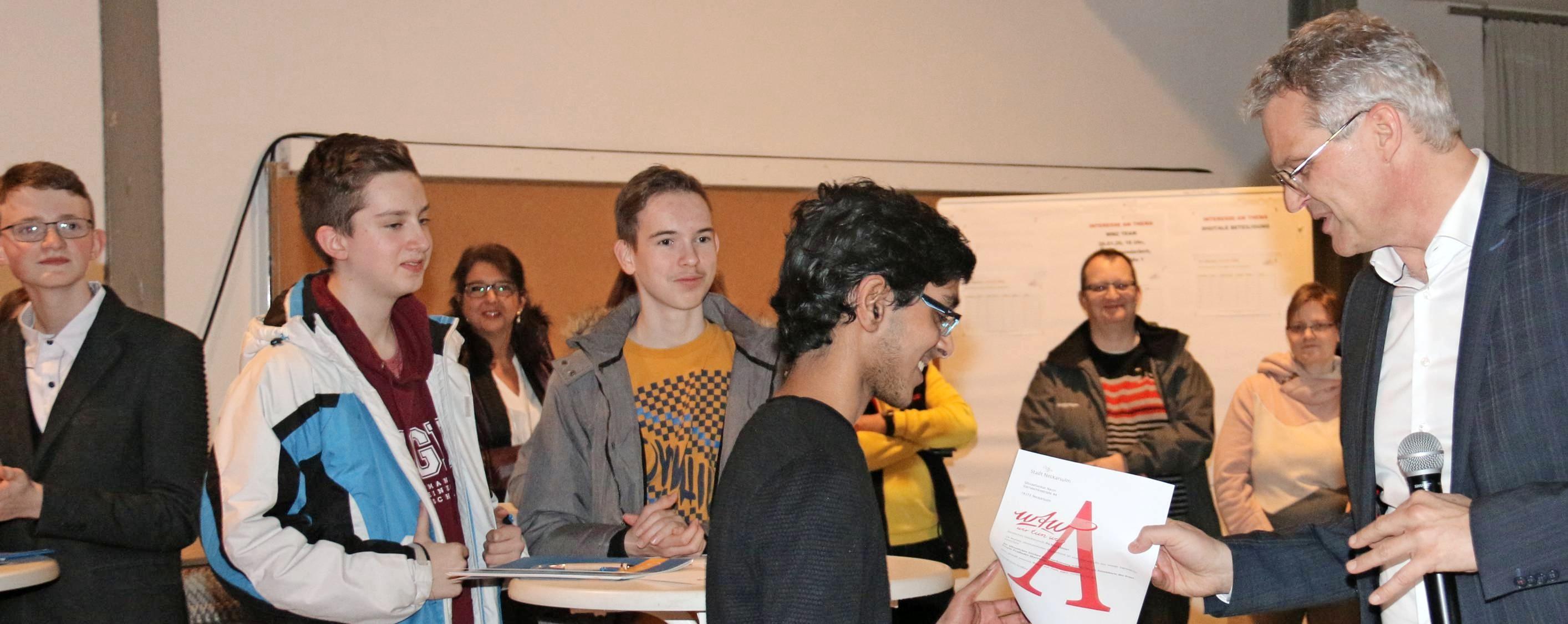 """OB Steffen Hertwig zeichnete Teilnehmer des Jugendförderprogramms """"Wir Tun Was"""" (WTW) für dauerhaftes ehrenamtliches Engagement aus. Foto: snp"""