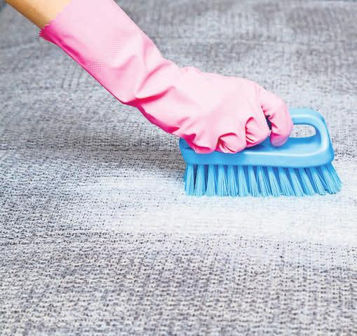 Wer Polster von Flecken befreien will, sollte auf geeignete Reinigungsmittel achten. Foto: Getty Images/iStockphoto