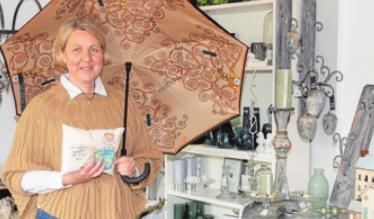 Ambiente-Inhaberin Sandra Lipke-Torkel mit einem der neuen Klimt-Schirme. Foto: Kasdorff