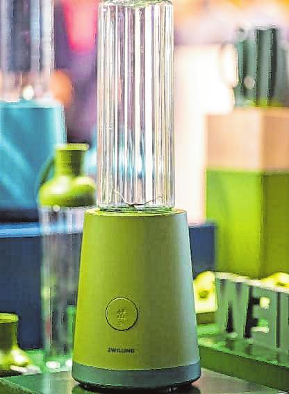 Von weitem betrachtet könnte das auch ein Kaktus sein: Elektrogeräte wie der neue Mixer von Zwilling tragen immer häufiger Farbe.