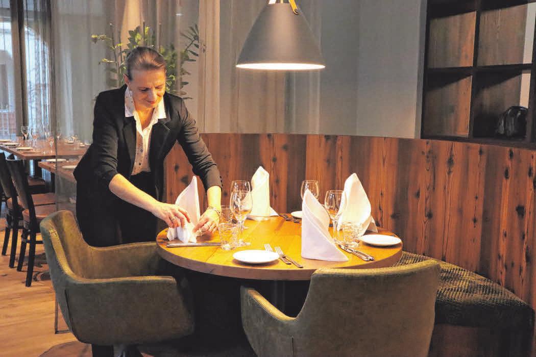 Ute Gaupp, künftige Restaurant-Managerin, drapiert die Servietten hübsch auf den Tisch.