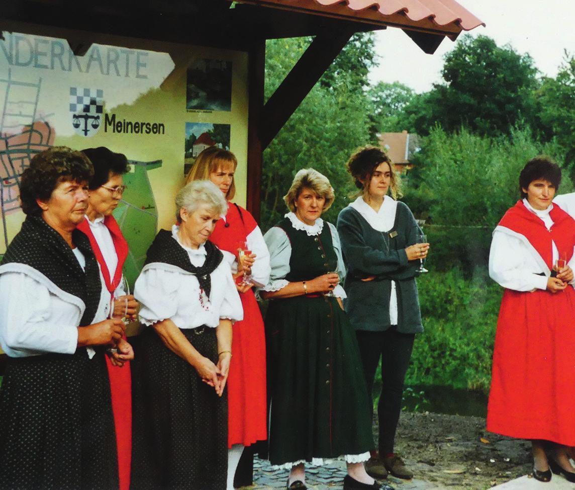 Die Meinerser Landfrauen 1991 bei der Aufstellung der selbst entworfenen Wandertafel.