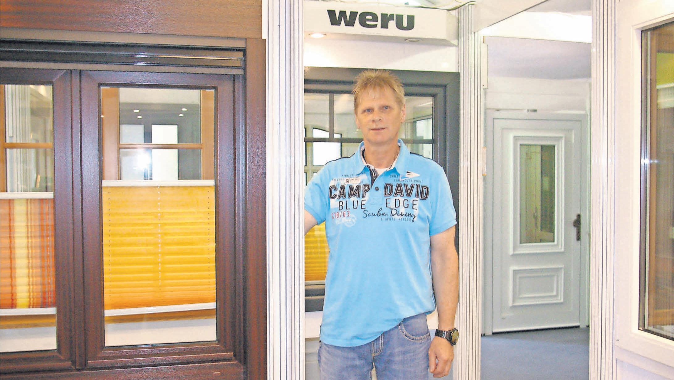 Filialleiter Frank Wagner berät Kunden bei Bautechnik Bade in Burgdorf.