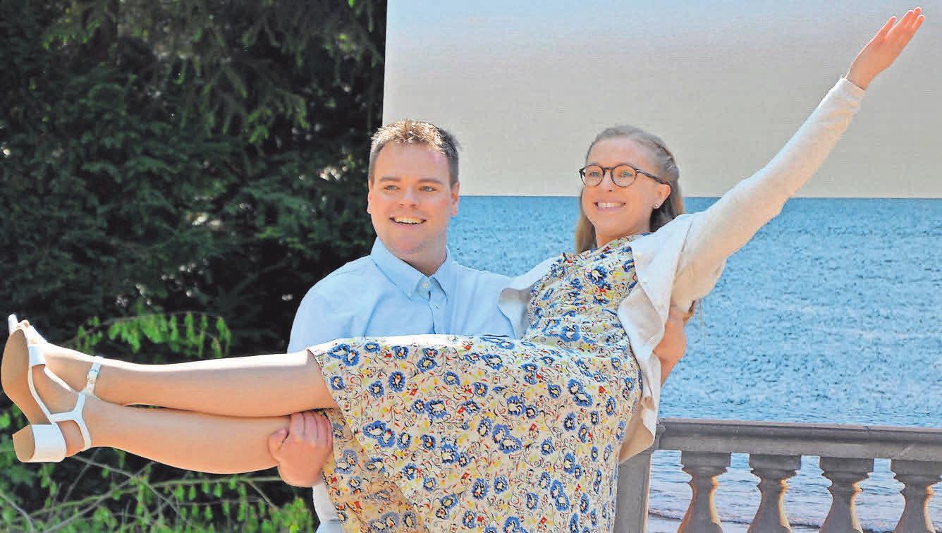 Jean-Michel (Malte Großestrangmann) trägt seine Braut Anne (Maira Blume) auf Händen.