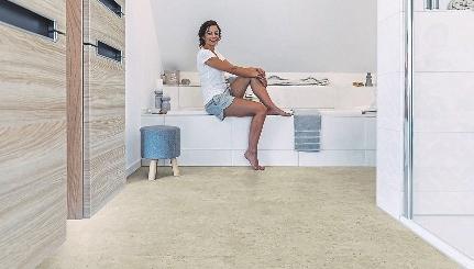 Behaglichkeit im Bad beginnt beim Bodenbelag. Der elastische Bioboden ist eine fußwarme Alternative zur klassischen Fliese. Der Bioboden besteht überwiegend aus Pflanzenölen wie Raps- oder Rizinusöl sowie natürlich vorkommenden Komponenten wie Kreide – ohne Zusatz von Chlor, schädlichen Weichmachern und Lösemittel. FOTOS:WINEO