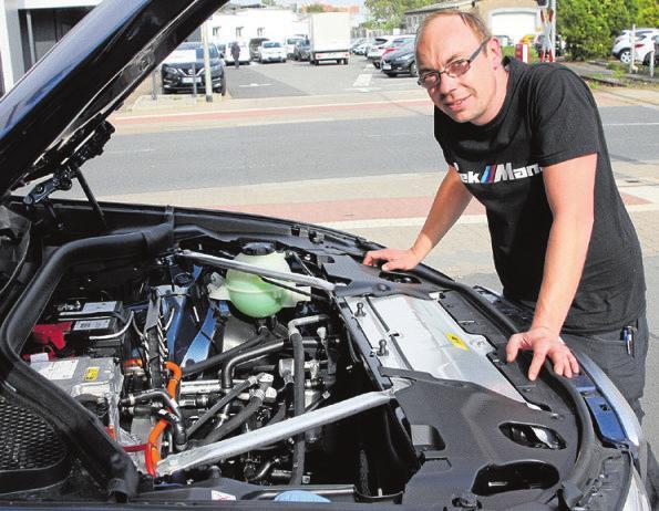 Werkstattleiter Christian Frewert schaut dem iX3 unter die Haube. Foto: hek