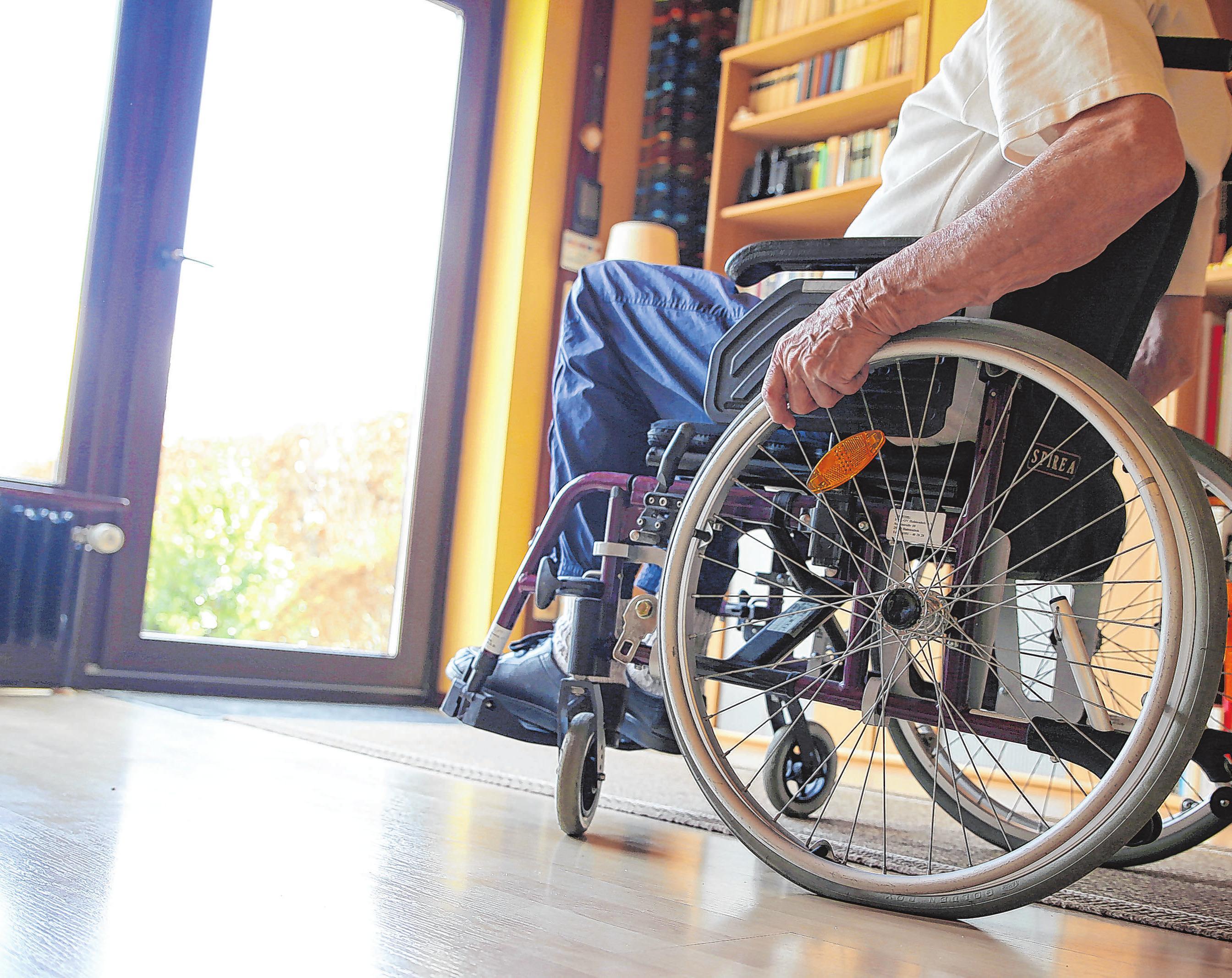 Bodentiefe Fenster ermöglichen Menschen im Rollstuhl den Blick nach draußen.Foto: Mascha Brichta/dpa-mag