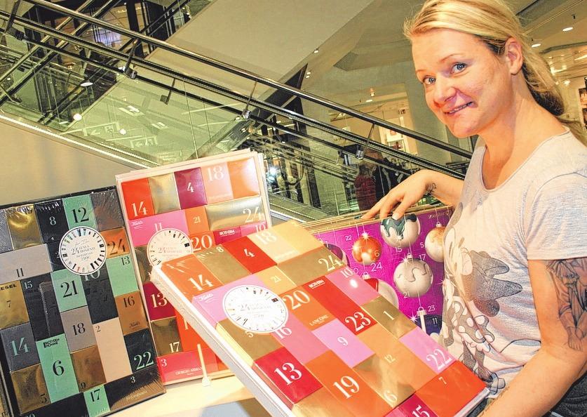 Anne Grundmann ist begeistert von der großen Auswahl an thematischen Adventskalendern.              FOTOS: CAROLA PIEPER