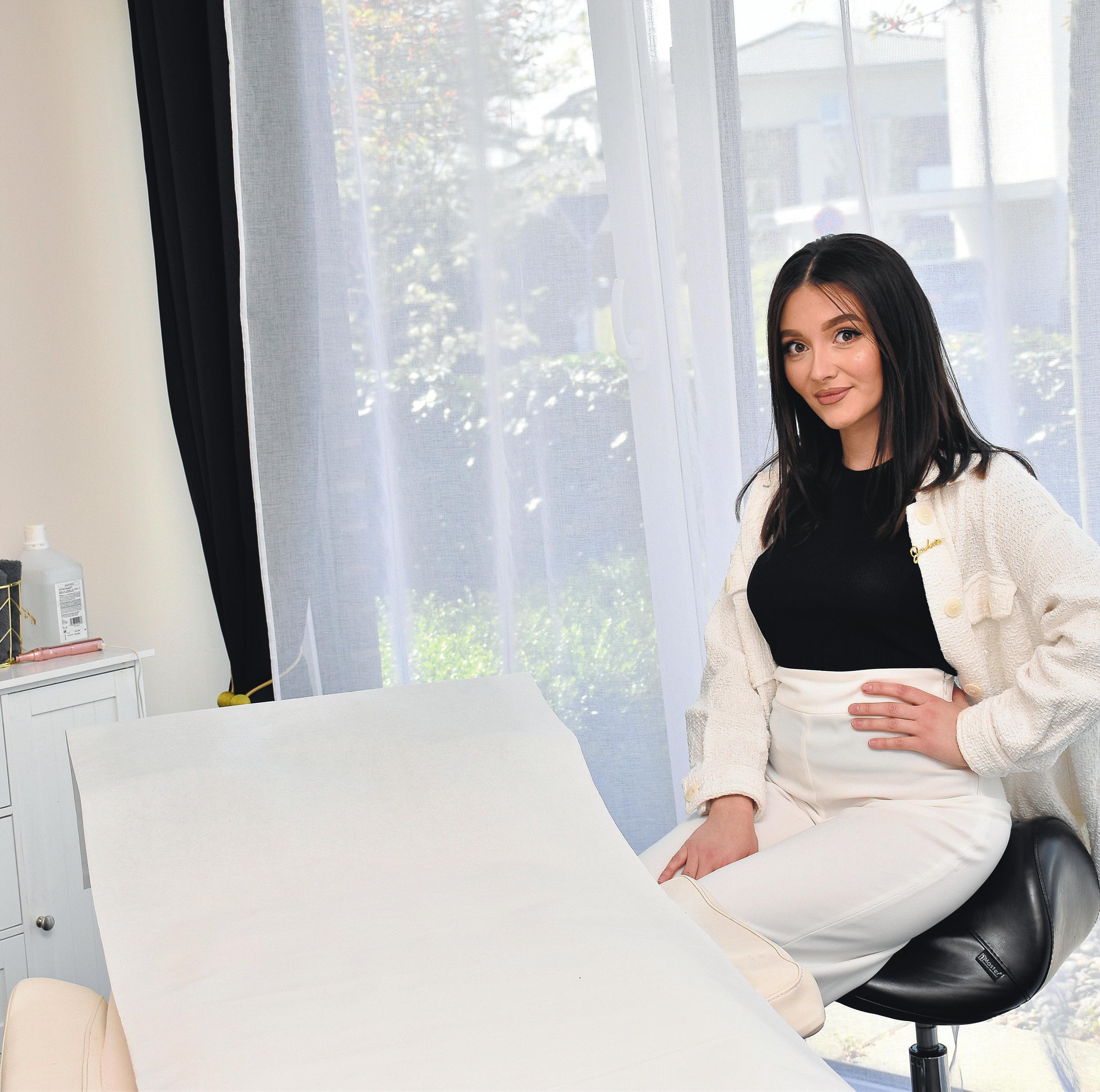 Kosmetische Behandlungen sind unter anderem das Spezialgebiet der jungen Lohnerin Jennet.