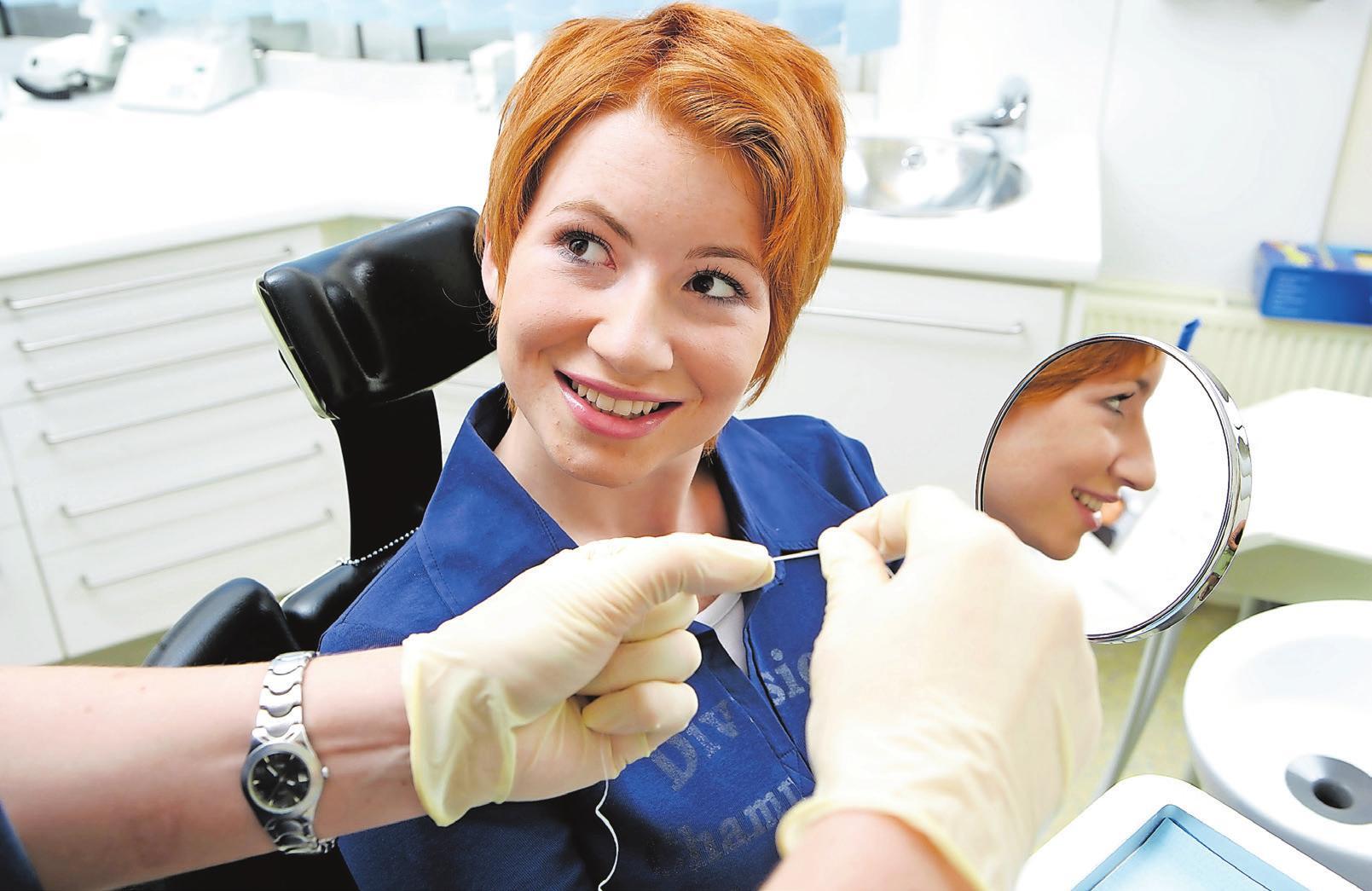 Auch die Handhabung von Zahnseide gehört häufig zum Ablauf einer PZR. Die Zahnarzthelferin gibt am Ende der Behandlung Tipps zur richtigen Mundhygiene.         Foto: prodente e.V.