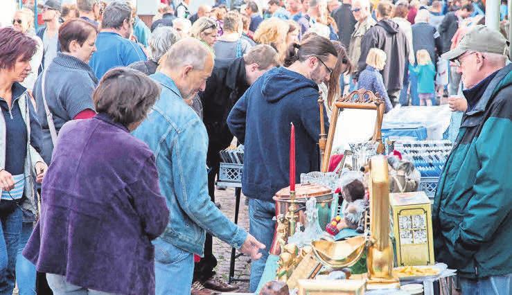Beim Großflohmarkt in der Burgdorfer Innenstadt gibt es so manches Schnäppchen. Foto: jopri-foto