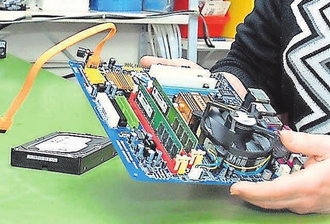 Der Blick ins Innere des Computers ist für die beiden Experten kein Brief mit sieben Siegeln.