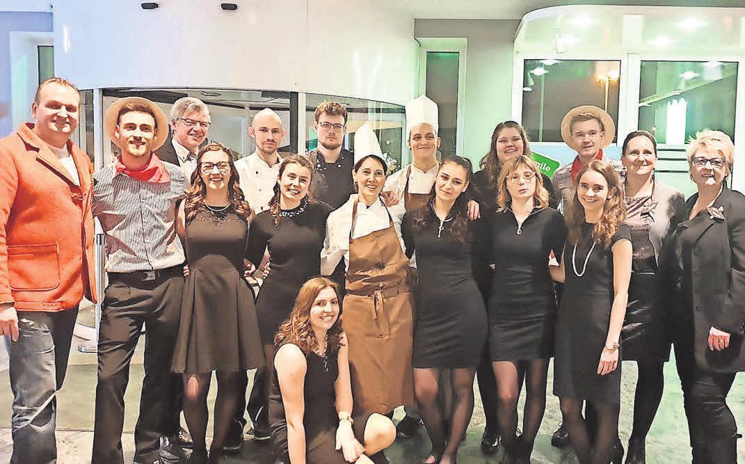 Die Azubis aus dem Holiday Inn Lübeck feierten mit ihrem Hoteldirektor und Ehrengästen dieerfolgreiche Aktion. Foto:Holiday Inn Lübeck