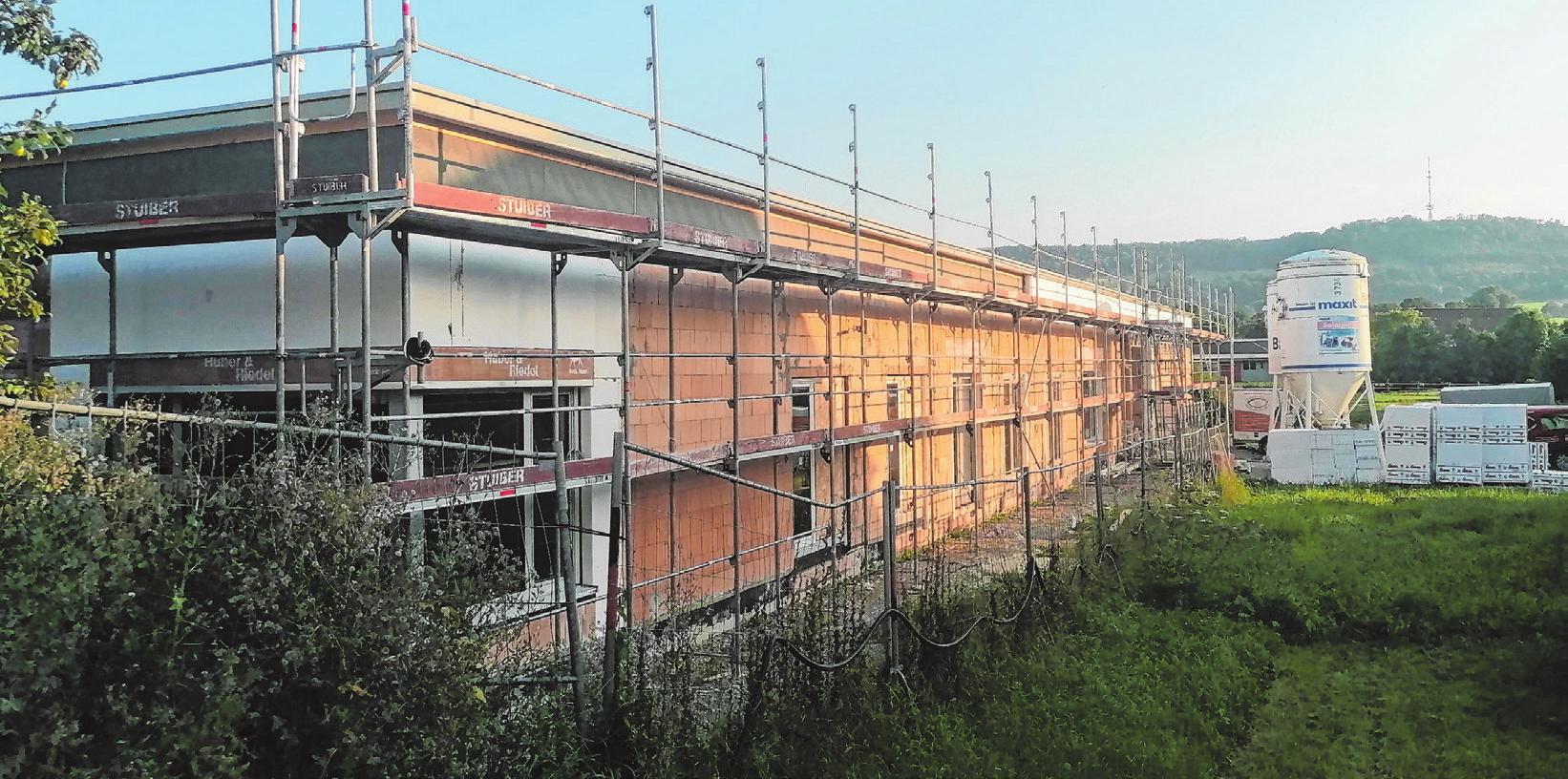 Der Rohbau für den neuen Kindergarten mit Blick auf den Hesselberg steht bereits.