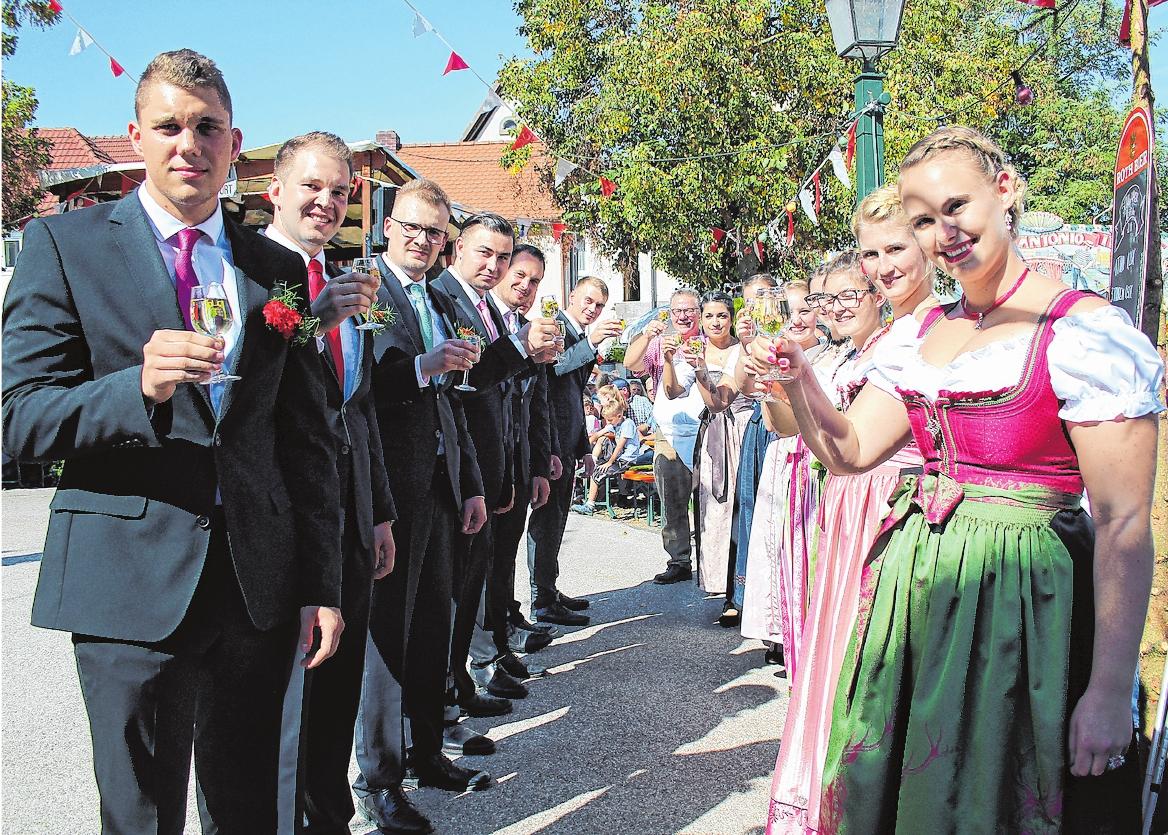 Herzlich willkommen am Plan in Schwebheim: Mit dem Planwein stoßen die Planpaare traditionell vor ihrem ersten Tanz auf eine gelingende Kirchweih an. FOTO: URSULA LUX