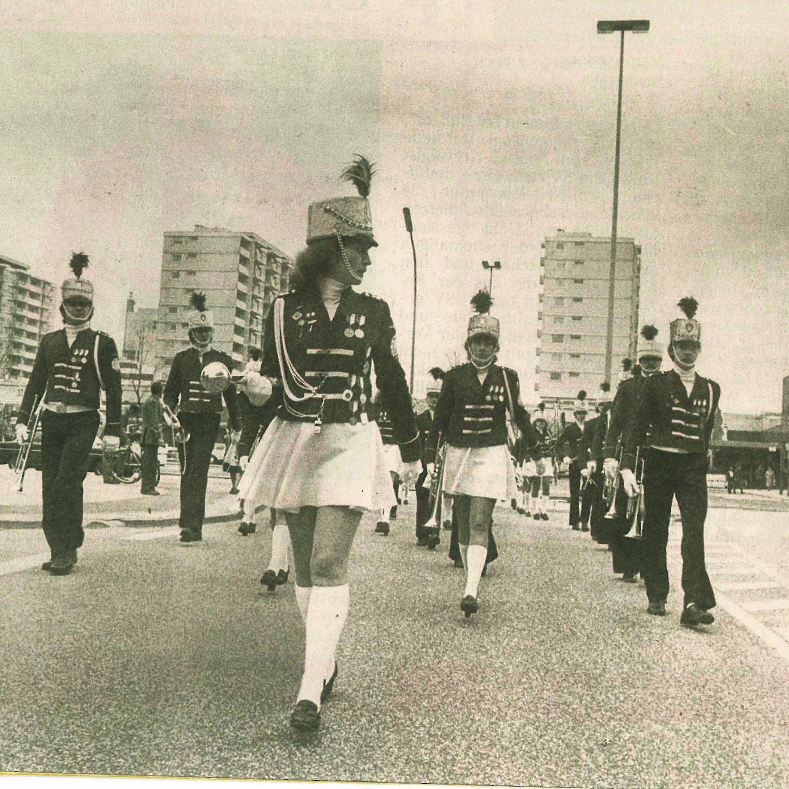 Zehn Jahre Herold-Center werden 1981 zehn Tage lang gefeiert. Der Spielmannszug marschiert vom Herold-Center kommend über den Birkenweg. FOTO: HORMANN