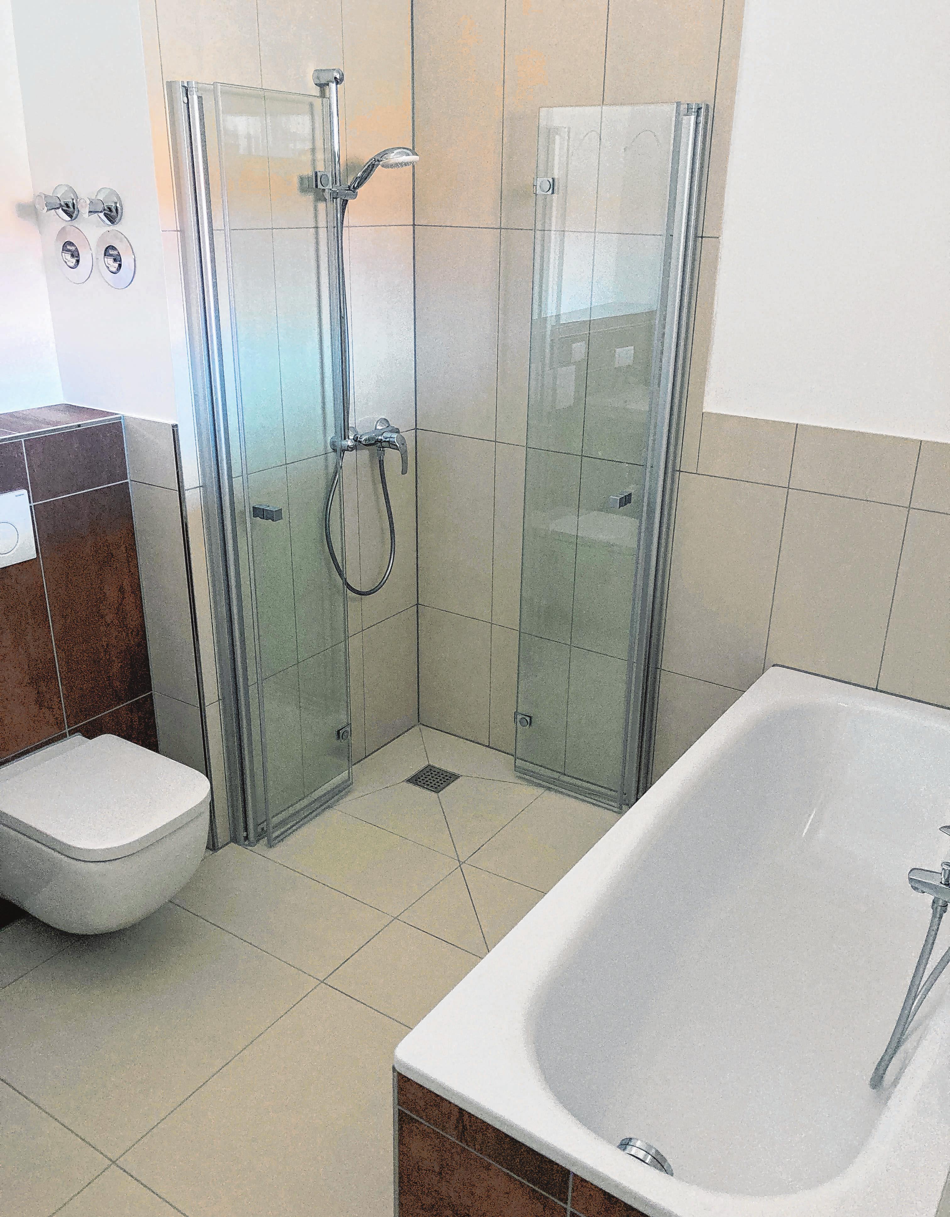 Ausgestattet sowohl mit Wanne als auch Dusche.