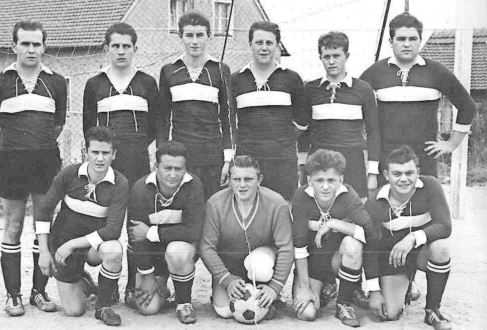 Die erste Herrenmannschaft des FC Troschenreuth im Jahr 1960. Foto: privat