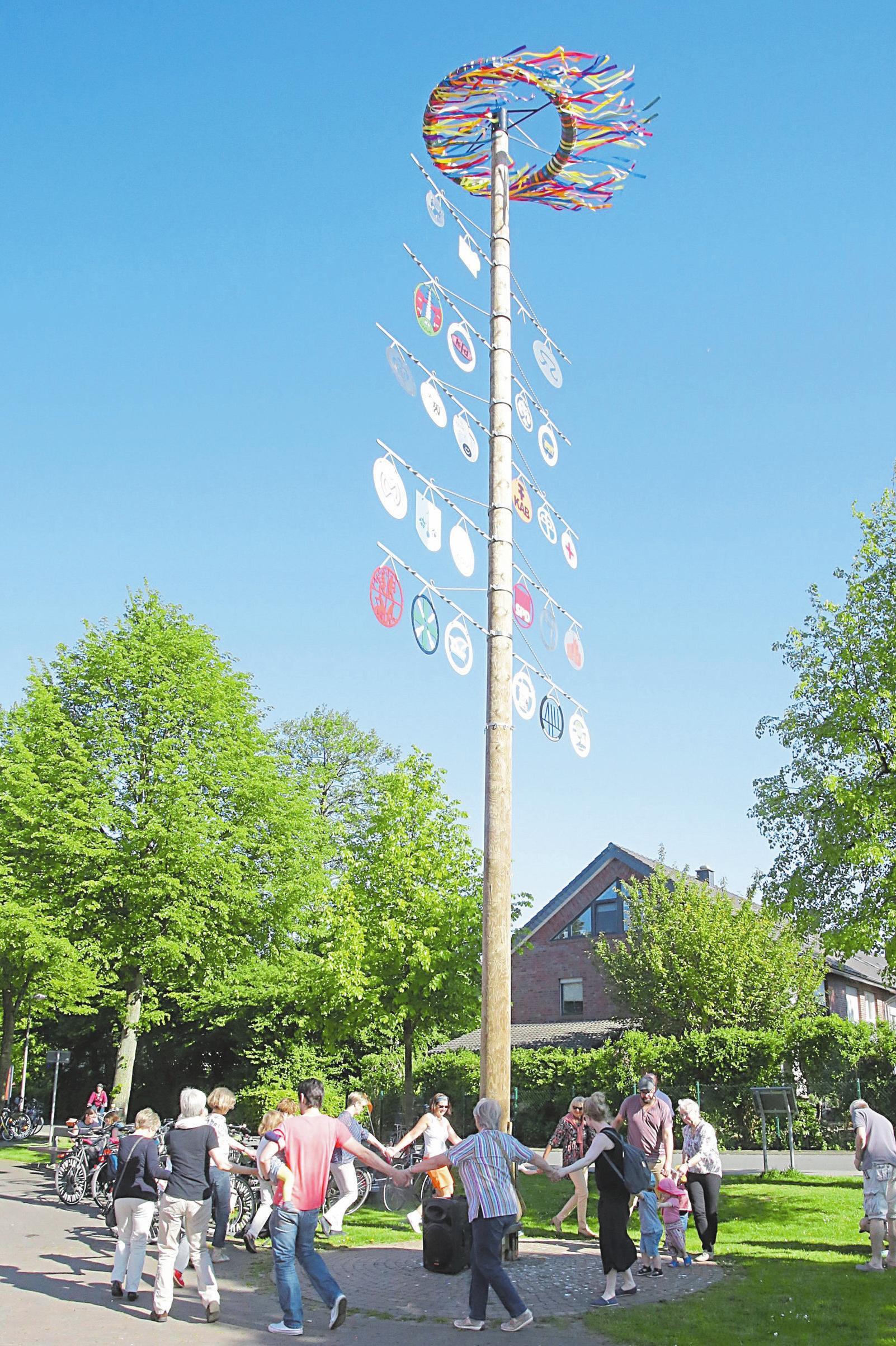 Sobald der Mast steht, können die Maibaumfest-Besucher um diesen herum tanzen.