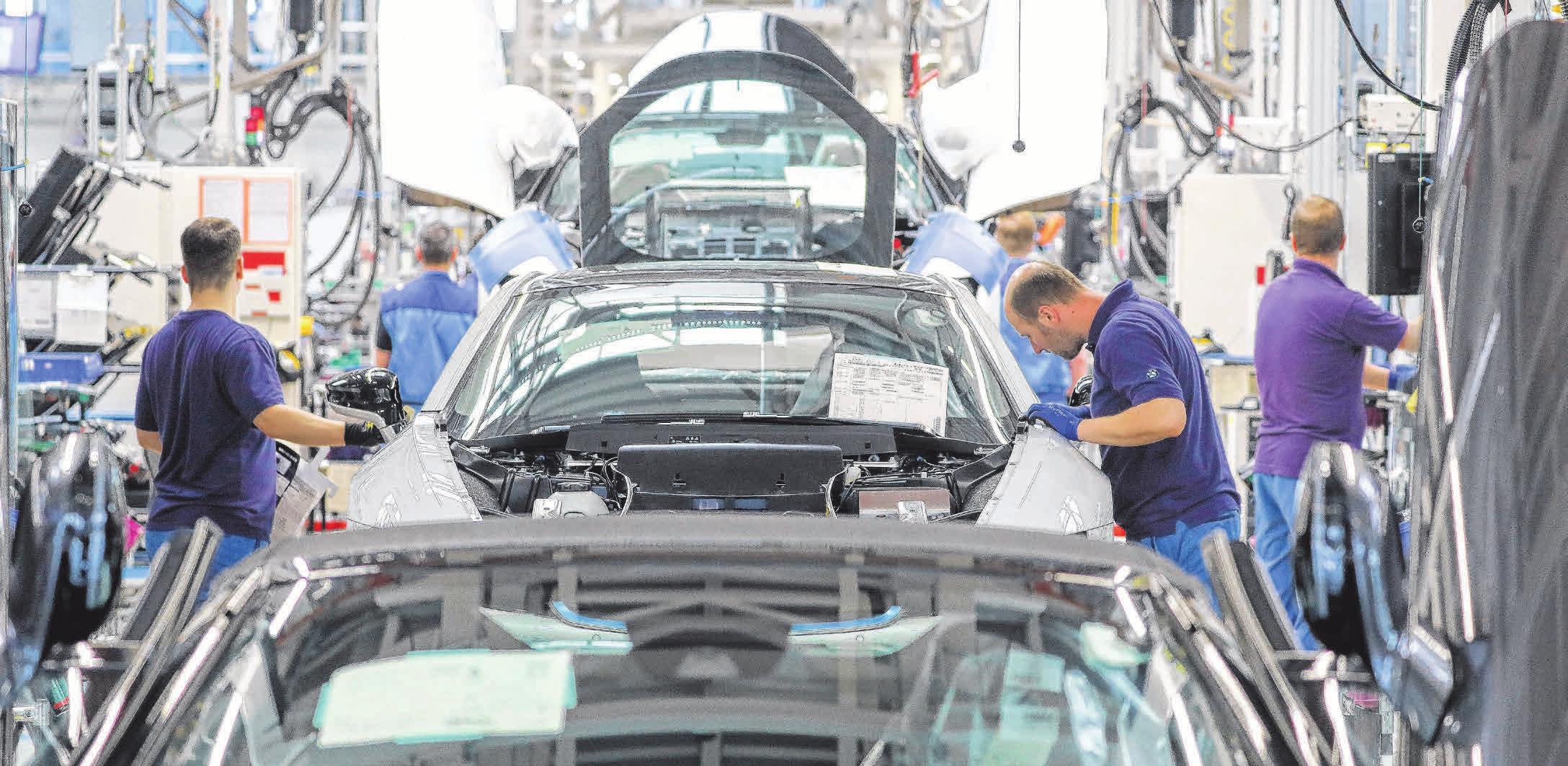Die deutschen Hersteller investieren viel in die E-Mobilität, hier beispielsweise bei der Produktion des BMW i8. Foto: Jan Woitas
