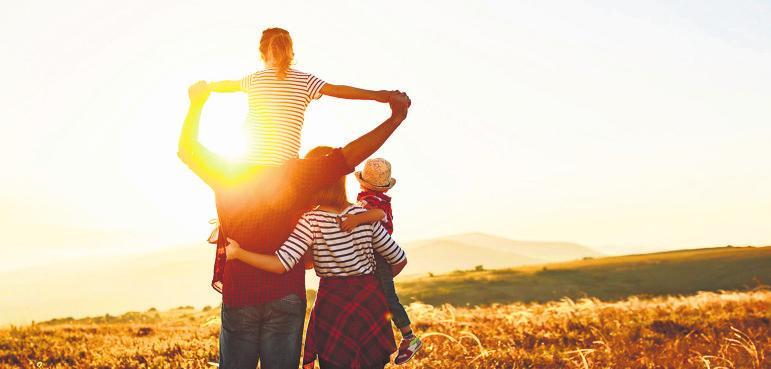An die Zukunft denken: Familien entscheiden sich deutlich häufiger für Ökostrom als Singles. Foto: djd/E.ON/iStockphoto/Evgeny Atamanenko/evgenyatamanenko