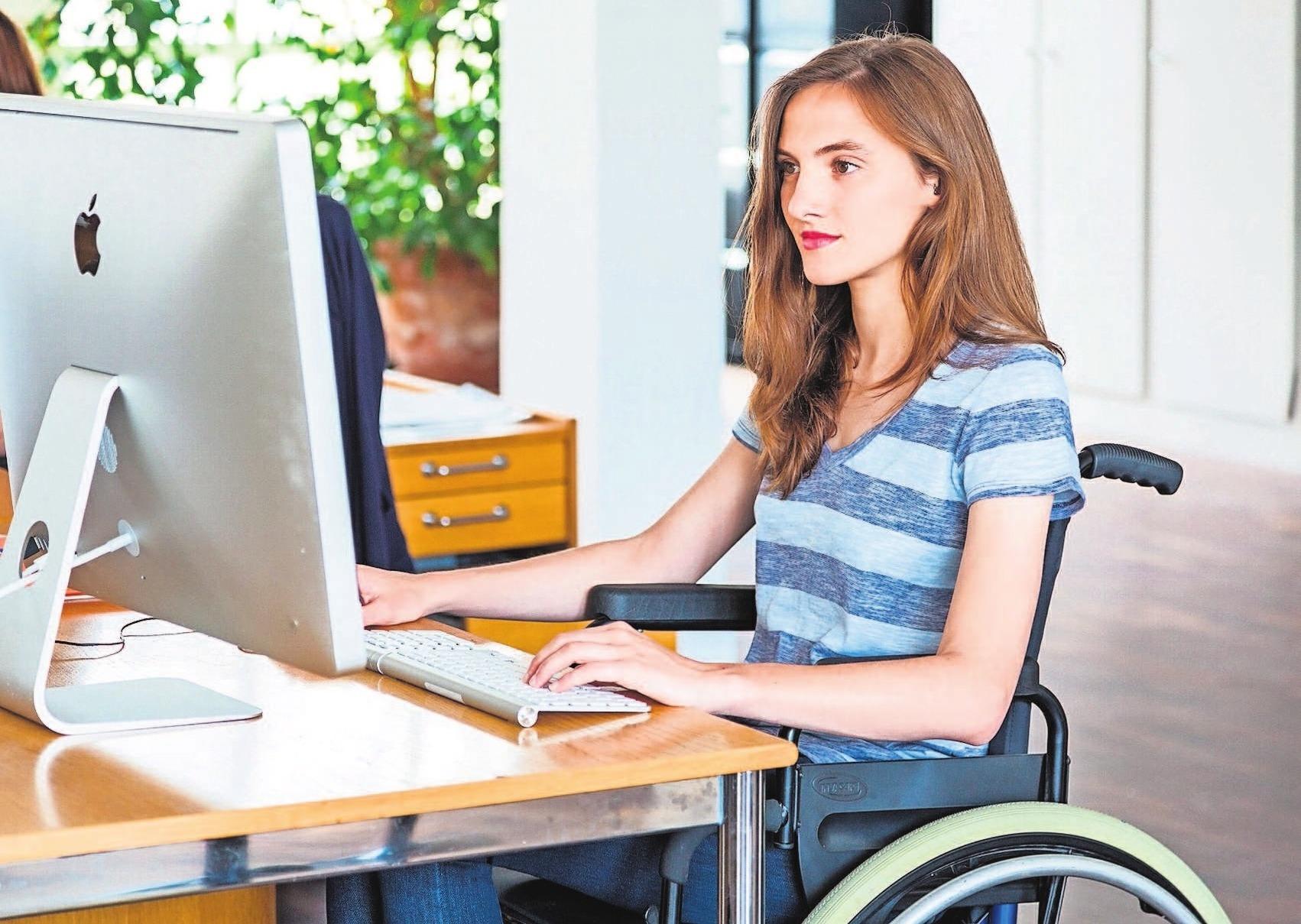 Gegenüber ihrem Ausbilder können Jugendliche offen kommunizieren, wie im Berufsalltag am besten mit ihrer Behinderung umgegangen werden kann. Foto: Philippe Voisin/Phanie/dpa-tmn