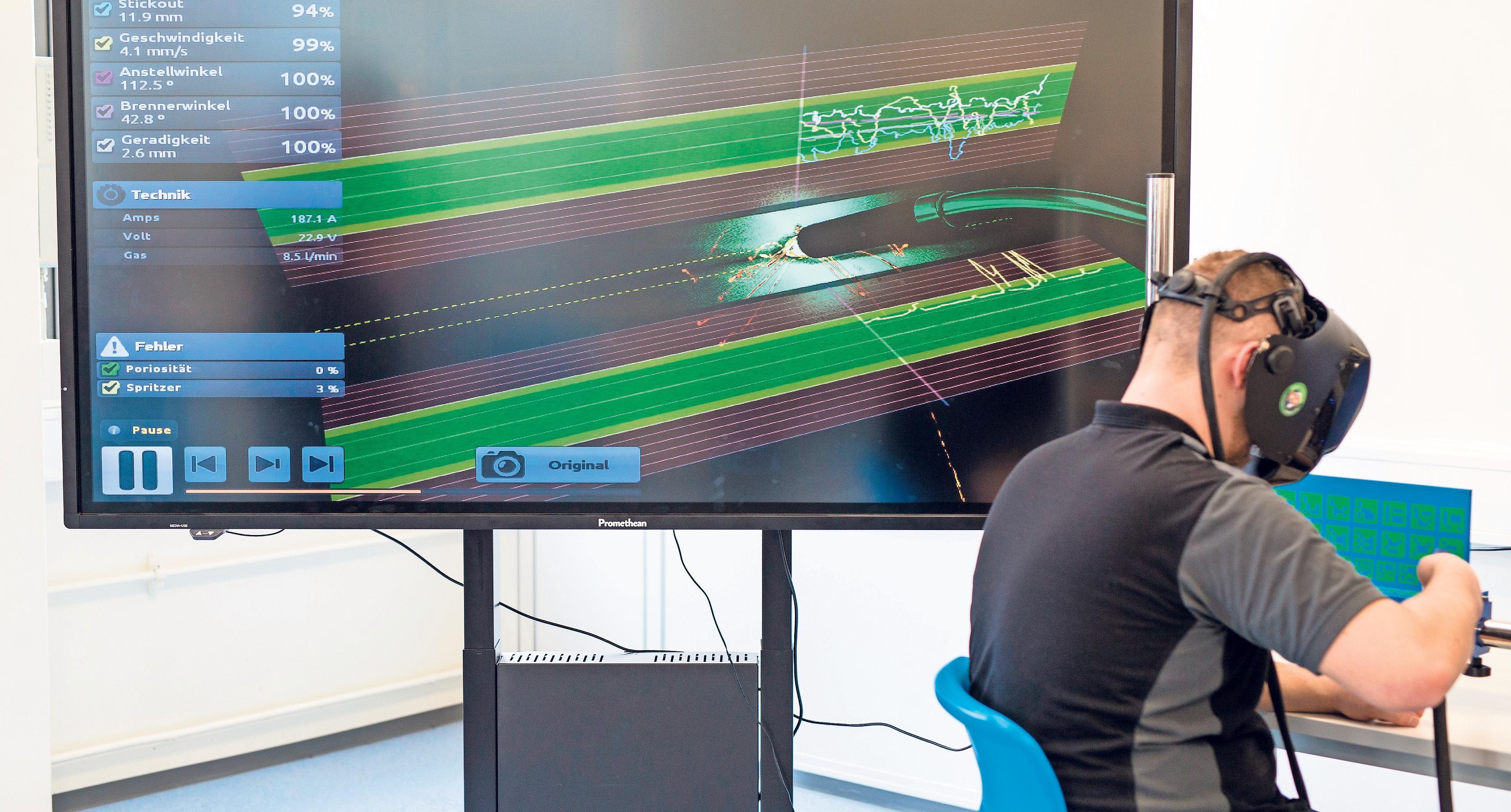 Computer an jedem Arbeitsplatz: Kaum ein Ausbildungsberuf wird in Zukunft noch ohne moderne digitale Technik auskommen – so wie hier im Industrie-4.0-Labor von Daimler. Foto: Christoph Schmidt/dpa/dpa-tmn