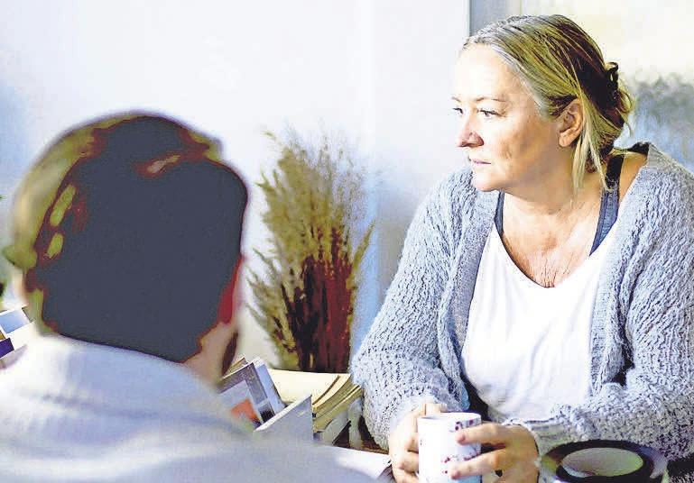 Die Sozialarbeit unterstützt Menschen, die in schwierigen sozialen Verhältnissen leben.      Foto: AOK Pressedienst/ Pressebilder