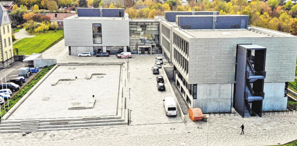 Transparenz und moderne Technik zeichnen die Architektur von Gunther Benkert aus. Panoramafenster lassen viel Tageslicht in die Unterrichtsräume. FOTO: DIETER BÜTTNER