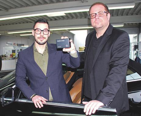 Prokurist und Mitglied der Geschäftsleitung Jan Jordan (links) und Geschäftsführer Pier-André Rudeloff bringen ältere Mercedesfahrzeuge kostenlos auf den modernsten Stand. Foto: Laudien