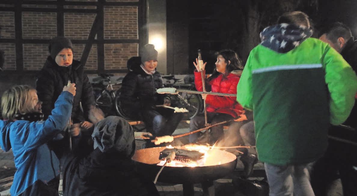 An den Feuerkörben können kleine und große Besucher verweilen und sich wärmen. Kerzen verleihen dem Ganzen zusätzlich eine besondere Stimmung