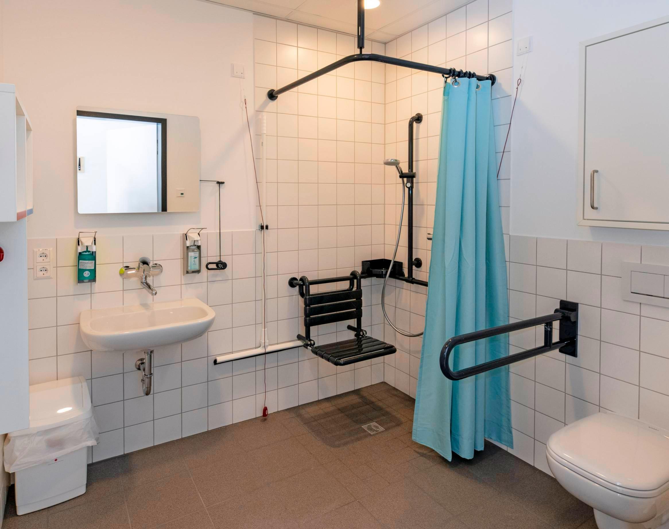 Jedes Patientenzimmer in der Geriatrischen Rehaklinik verfügt über ein eigenes Bad mit barrierefreier Dusche, unterfahrbarem Waschbecken und Toilette.