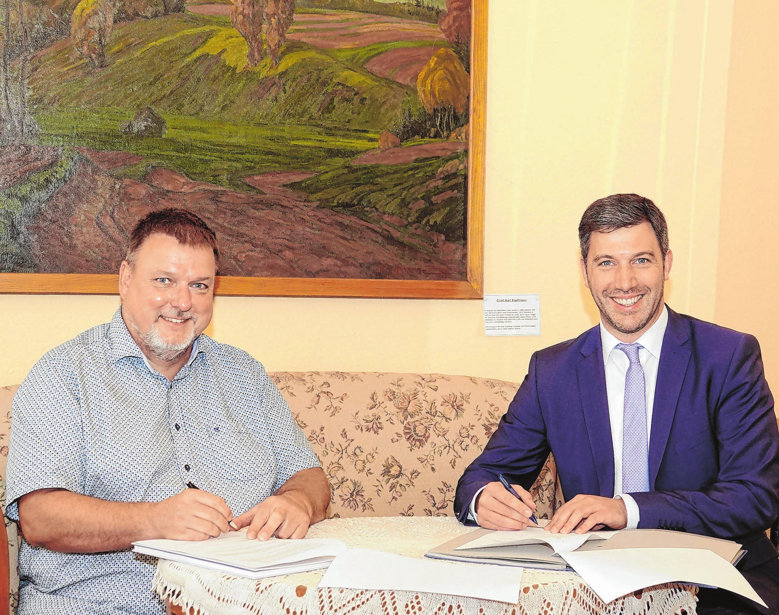 Vorstand Ralf Brix (links) und Bürgermeister Christoph Hald unterzeichnen im Museum Horlachen den neuen Nutzungsvertrag. Foto: Archiv/kol