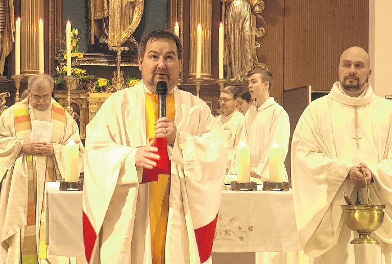 Pfarrer Michael Erhart hielt den Gottesdienst zur Wiedereröffnung der Pfarrkirche St. Nikolaus in Sand.