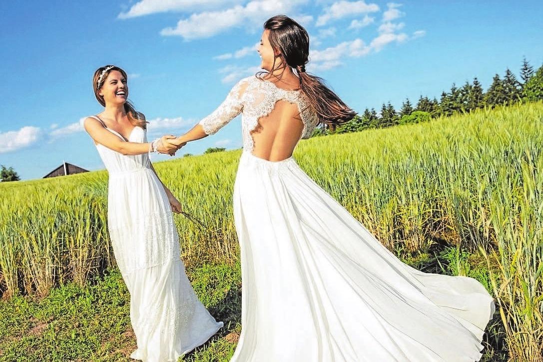 Feine Cut-Out-Spitzen geben bei den Rücken-Dekolletés der Brautkleider tiefe und verführerische Einblicke. Foto: Kleemeier/akz-o