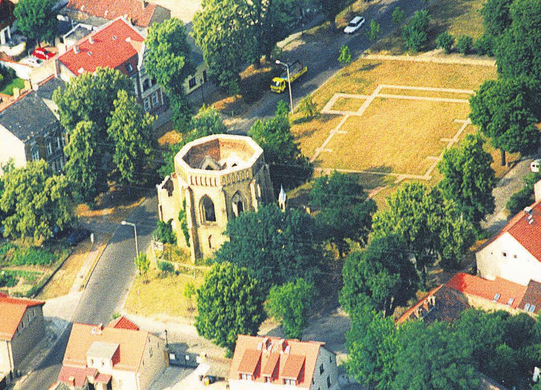 Seltener historischer Einblick: So sah die Kirche auf dem Neuendorfer Anger aus, bevor im Jahre 2002 der neue Dachstuhl aufgesetzt wurde. FOTO: HENSEKE/KUBIZIEL