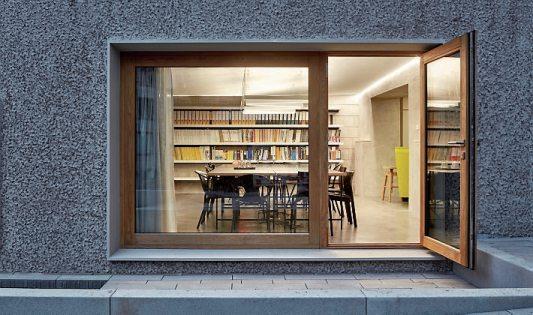 Der helle Besprechungsraum mit der großen Fensterfront ist der Auftakt zum Anbau. Bilder: Dietmar Strauß