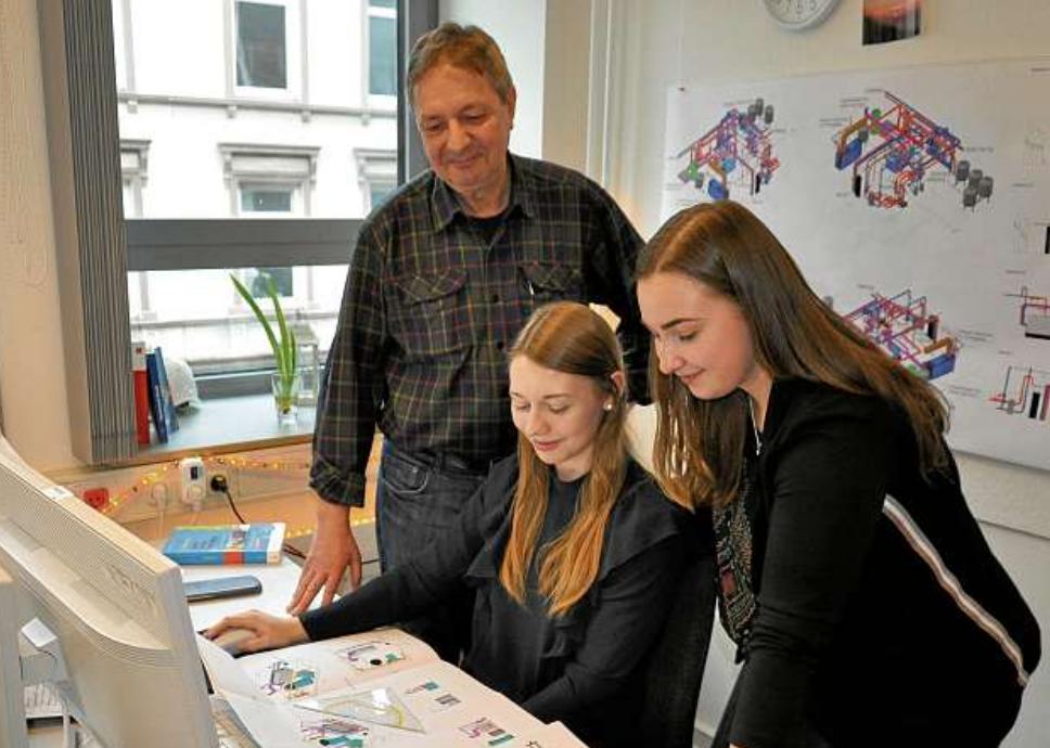 Jörg Kleinert, Fachausbilder Technischer Systemplaner, mit den Auszubildenden Leefke Malin Harms, 2. Lehrjahr, und Laura Maria Haas, 1. Lehrjahr (v.li.n.re.). FOTO: FSCH