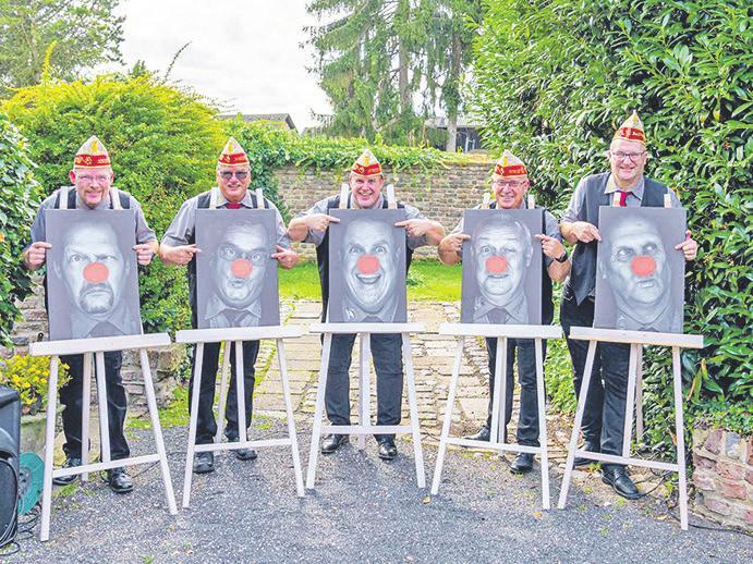 Ein Dreigestirn, fünf Freunde: die designierten Tollitäten mit Fahrer und Prinzenführer Bild: Michael Ulbrich