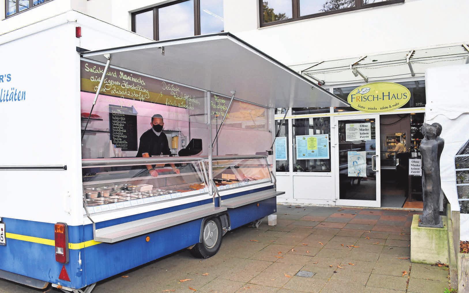 Vor dem Fischbistro steht seit dieser Woche der Wagen, aus dem Timm Schaller frischen Fisch verkauft. Fotos: Bode