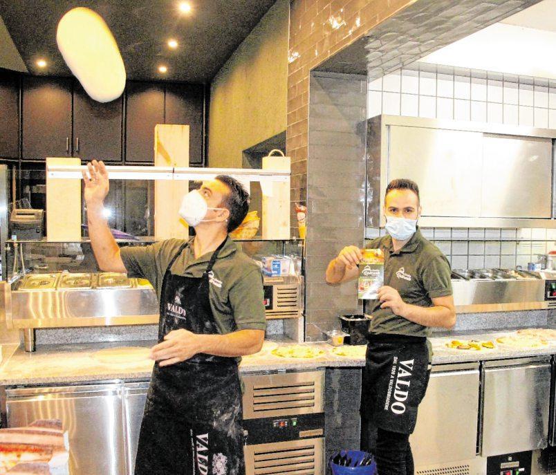 """In der offenen """"Show-Küche"""" werden die Speisen professionell zubereitet."""